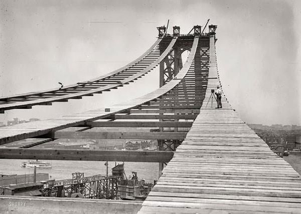 39. Construction of the Manhattan Bridge in 1908